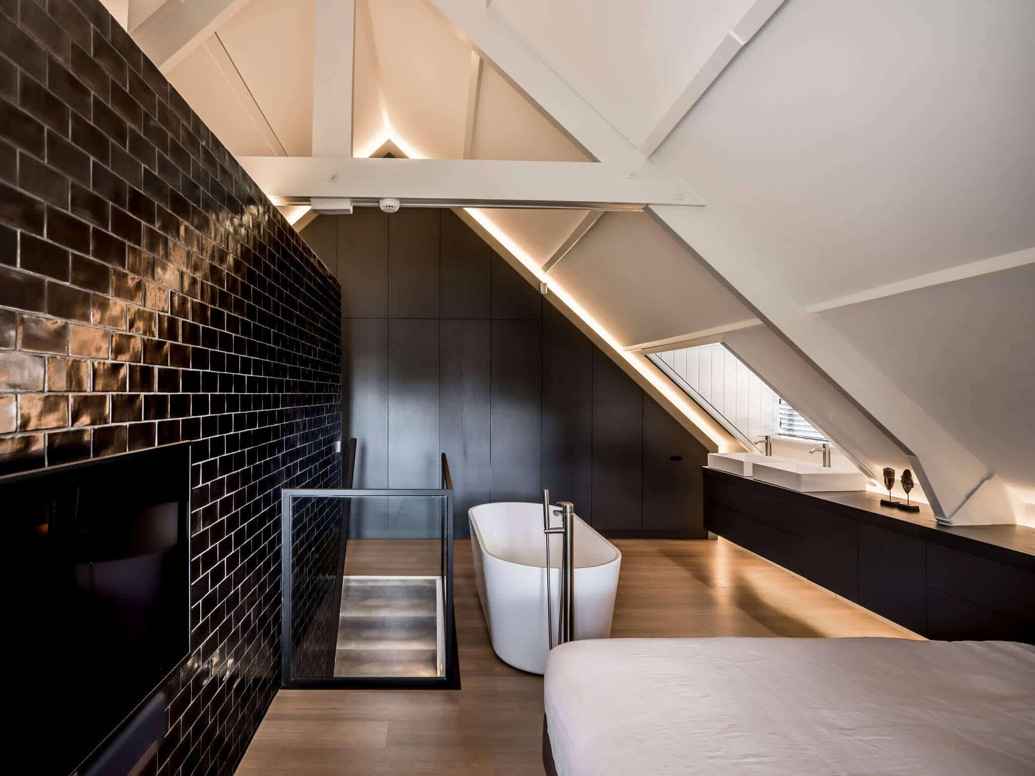 binnenhuisarchitect Wildenberg ontwerp slaapkamer zolder met bad TV en dressoir tegels van Piet Boon