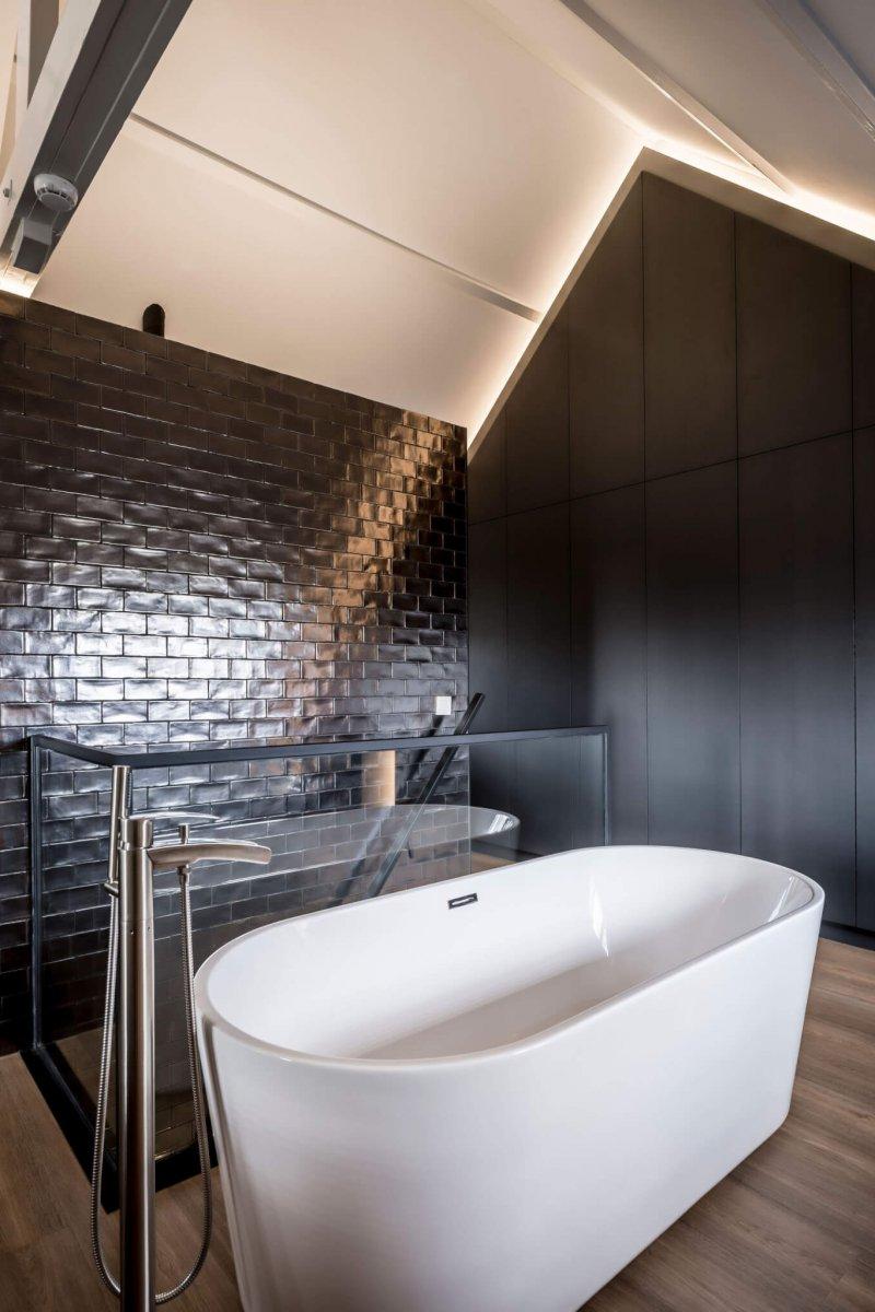 binnenhuisarchitect Wildenberg ontwerp slaapkamer zolder met bad tegels van Piet Boon