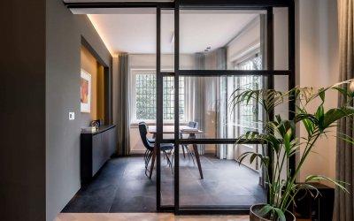 binnenhuisarchitect Wildenberg ontwerp woonkamer met stalen schuifdeur en dressoir