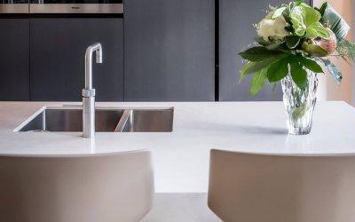 binnenhuisarchitect Wildenberg ontwerpt keuken met kookeiland en bar met barkrukken