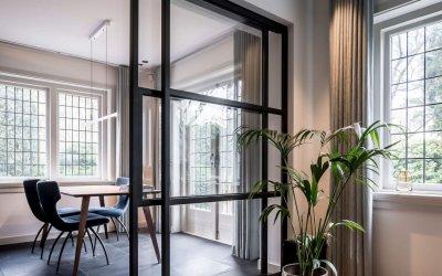 binnenhuisarchitect Wildenberg ontwerpt studeerkamer met stalen schuifdeuren