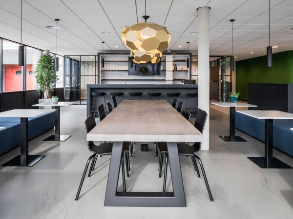 binnenhuisarchitect ontwerp bedrijfsrestaurant hanglamp Gispen stoelen Gispen systeemwand Planeffect gietvloer Sika barkruk Hay interieurdesign Wildenberg