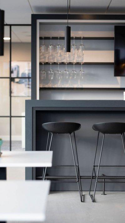 binnenhuisarchitect ontwerp kantoor hanglamp Gispen barkrukken Hay systeemwand Planeffect gietvloer Sika interieurdesign Wildenberg
