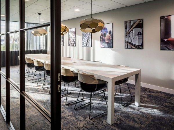 binnenhuisarchitect ontwerp kantoor hanglamp Gispen stoelen Gispen systeemwand Planeffect vloerbedekking Modulyss interieurdesign Wildenberg