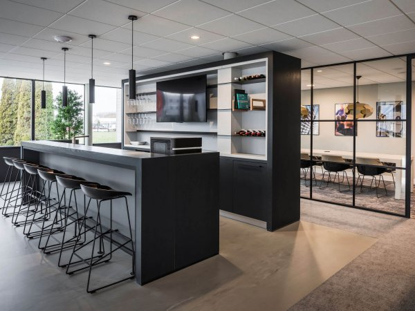binnenhuisarchitect ontwerp kantoor met pantry Hay barkruk kokerlamp Maretti interieurdesign van Wildenberg