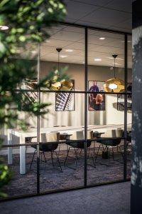 binnenhuisarchitect ontwerp kantoor met pantry barkruk Hay kokerlamp Gispen interieurdesign van Wildenberg