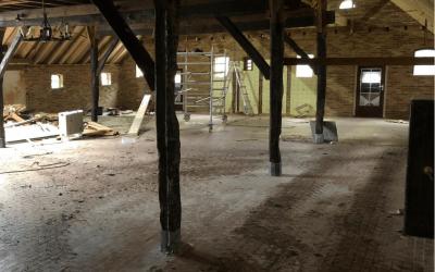 binnenhuisarchitect ontwerpt interierieur woonboerderij met rieten kap woonkamer na sloop