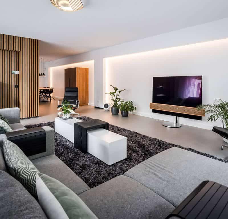 interieurarchitect Stan Wildenberg ontwerp interieur woonkamer living stalen schuifdeuren houten wanden karpet servieskast gietvloer Bang en Olofsen