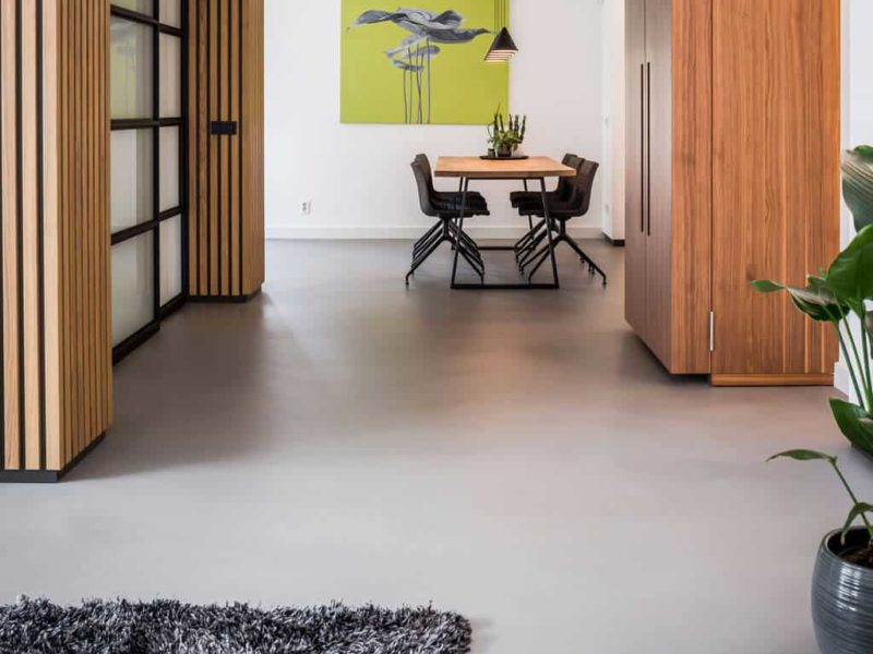 interieurarchitect Stan Wildenberg ontwerp interieur woonkeuken hoek stalen schuifdeuren houten wanden karpet servieskast hanglampen houten wanden gietvloer