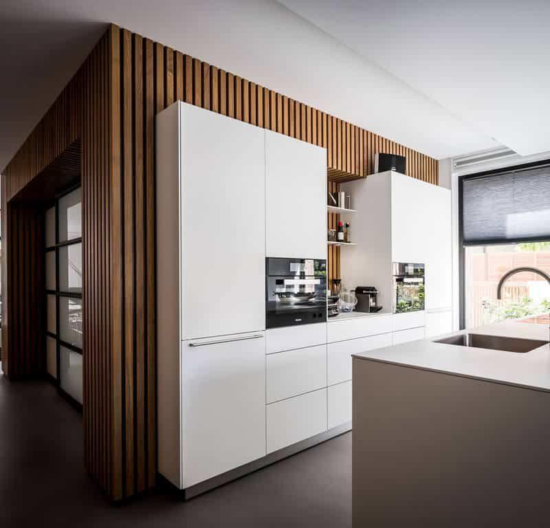 interieurarchitect Stan Wildenberg ontwerp interieur keuken houten wand stalen deuren gietvloer Quooker Bulthaup Bora Quooker