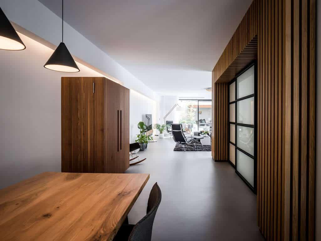 interieurarchitect Stan Wildenberg ontwerp interieur woonkamer indirecte verlichting houten wand stalen deuren gietvloer