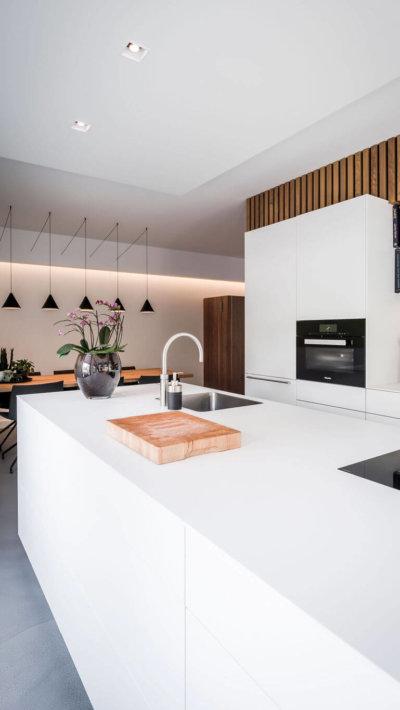 interieurarchitect Stan Wildenberg ontwerp interieur keuken eettafel schilderij hanglampen Bulthaup Bora kookeiland
