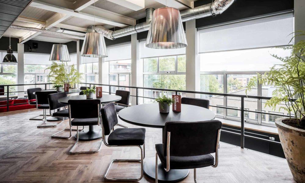 interieurarchitect ontwerpt keuken bar krukken kantoor Newpublic bedrijfsrestaurant