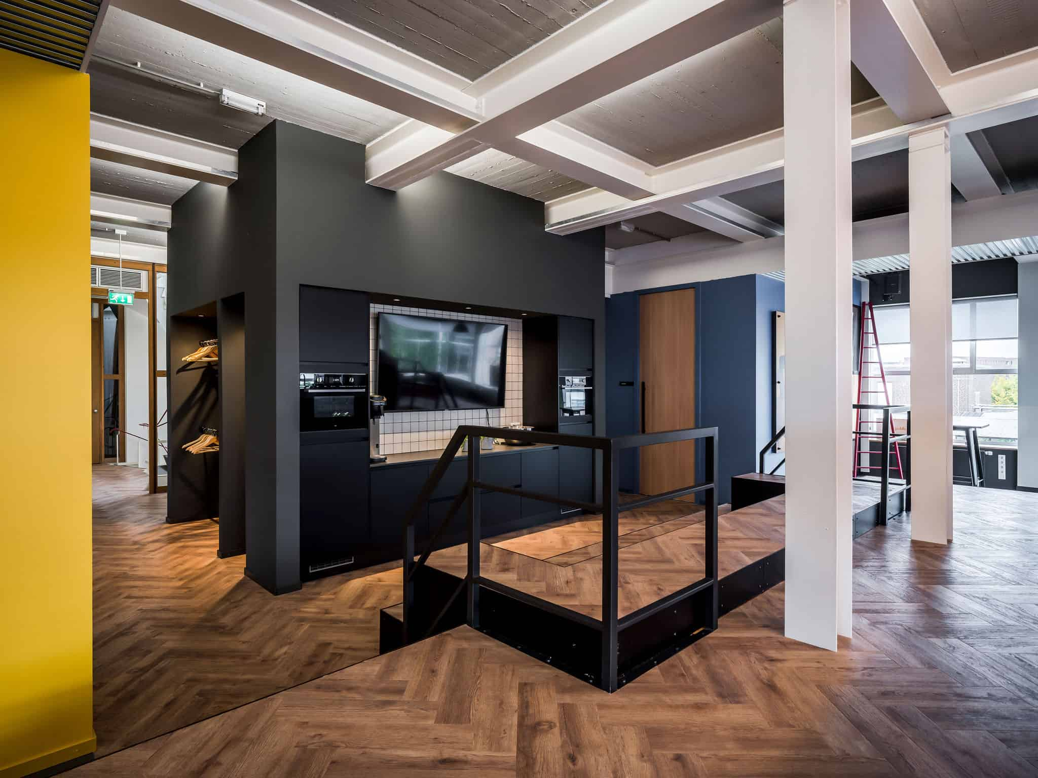 interieurarchitect ontwerpt kantoor aula Newpublic AEG