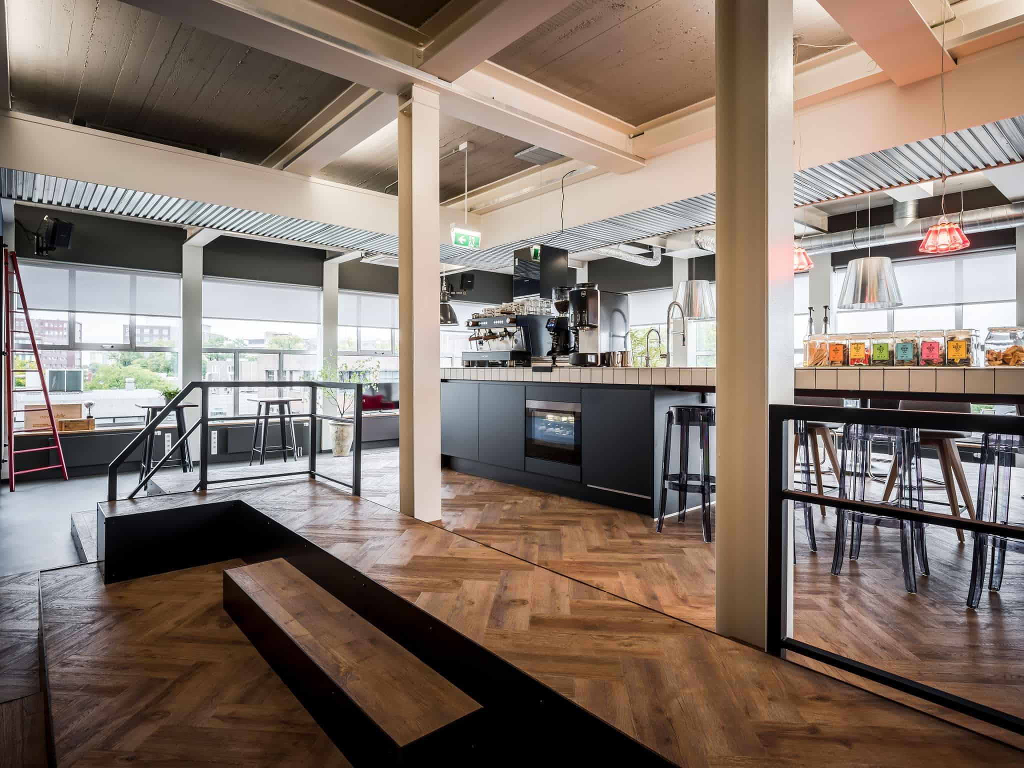 interieurarchitect ontwerpt kantoor aula Newpublic AEG bar krukken aula Quooker Bacchi