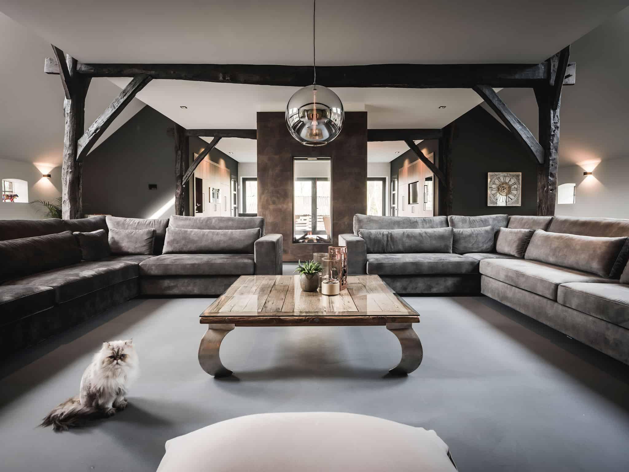 interieurarchitect Wildenberg ontwerp interieur woonboerderij Velux Eve Bulbs hanglampen Kreon wandlampen Kusk haarden beton gietvloer