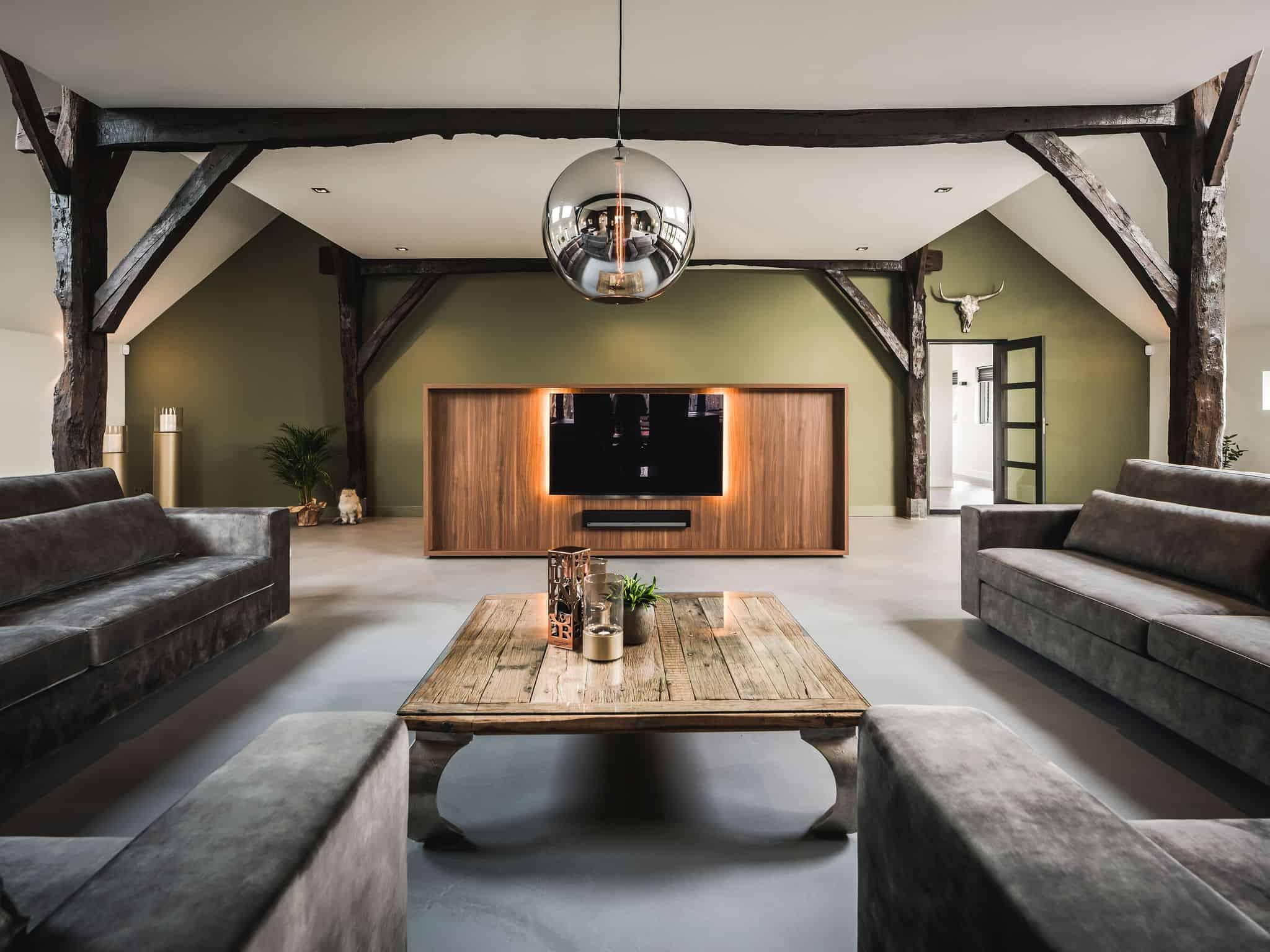 interieurarchitect Wildenberg ontwerp interieur woonboerderij Velux Eve Bulbs hanglampen beton gietvloer maatwerk TV meubel