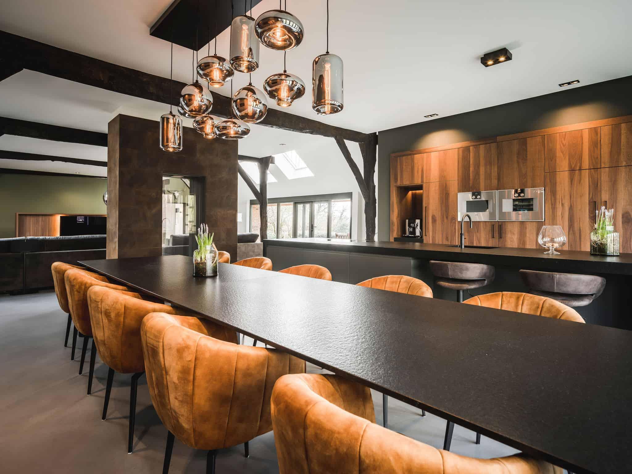 interieurarchitect Wildenberg ontwerp interieur woonboerderij Velux Eve Bulbs hanglampen M2 beton gietvloer Quooker Gaggenau maatwerk hout Shinokki keukenwand Abbel
