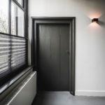 interieurarchitect ontwerpt interieur woonboerderij gerenoveerde deur en Kreon opbouw spot wandarmatuur Lucide Xirax zwart