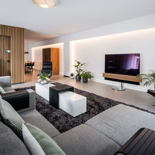 binnenhuisarchitect Wildenberg ontwerp woonkamer voorzetwanden indirecte verlichting houten latten wand BangOlofsen Fijri Gira