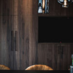 interieurarchitect Wildenberg ontwerp keuken keukenwand hout Shinokki met stoel