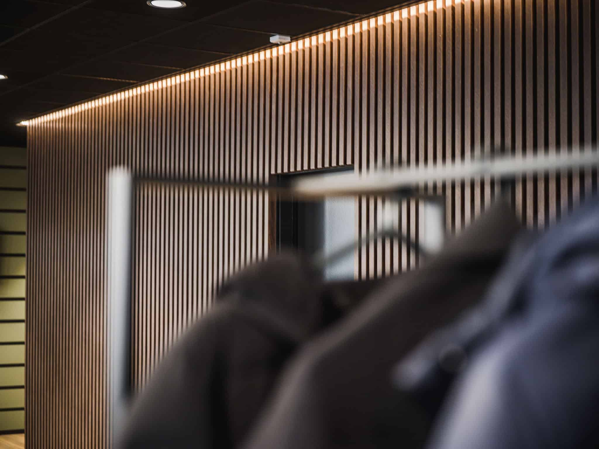 binnenhuisarchitect Wildenberg ontwerp COKZ wanddetail hout Fijri interieurbouw garderobe